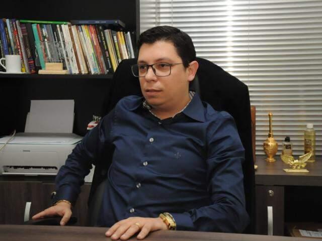 Pastor, Denilson está em Campo Grande há dois anos. (Foto: Paulo Francis)