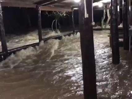 Após 12h de chuva, rio Formoso invade restaurante de balneário