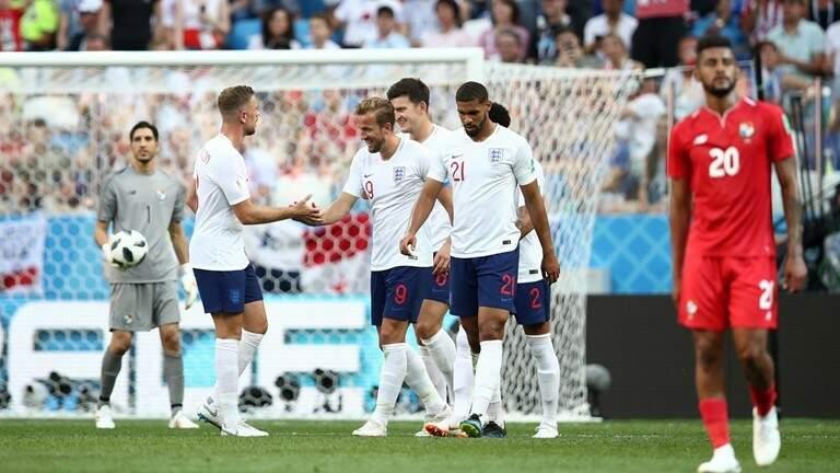 Jogadores ingleses se cumprimentando após apito final (Foto: Fifa)