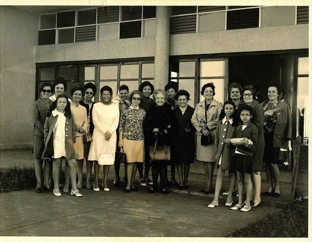 Chegada de Carmem Prudente a Campo Grande, com as mulheres da sociedade, à época voluntárias da Rede Feminina de Combate ao Câncer.