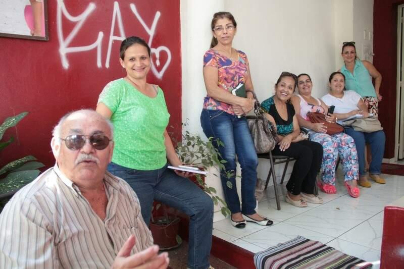 Anselmo, Lurdinha e amigos reunidos para definir eventos que vão arrecadar dinheiro (Foto: Marcos Ermínio)