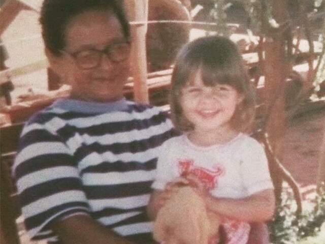 Colo de avó é incomparável, Kerolyn esbanjava alegria e se sentia segura.