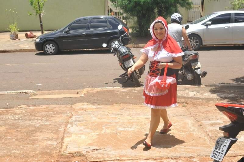 Pela estrada fora eu vou... E assim, Jacqueline chega ao Ceinf do Santa Carmélia. (Foto: Alcides Neto)