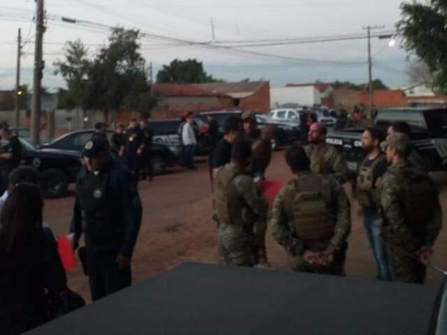 Mais de 80 policiais participam da operação. (Foto: André Barbosa/JPNews)