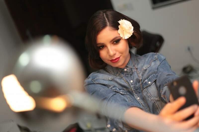 Jeans e flor no cabelo, nossa Maria Bonita contemporânea. (Foto: Marcos Ermínio)