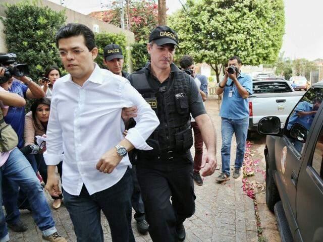 Gilmar Olarte, ex-prefeito de Campo Grande, sendo preso pelo Gaeco. (Foto: Fernando Antunes)
