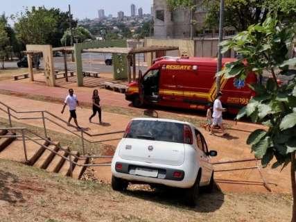 Motorista perde controle e para em corrimão de escada na Orla Morena