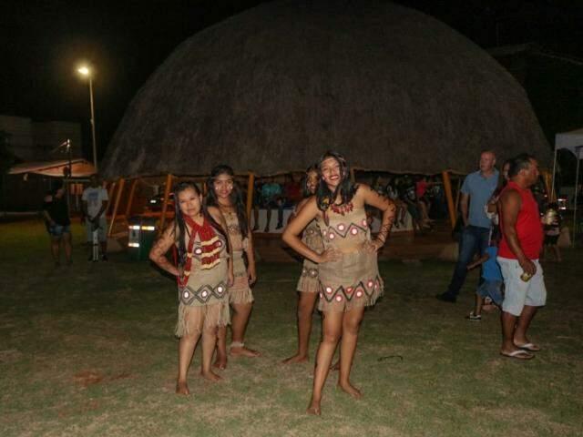 As meninas fazendo a coreografia da dança Siutrena (Foto: Marcos Maluf)