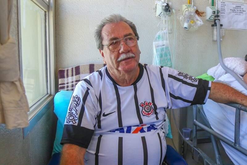 Três camisas, 2 bermudas e uma poltrona fazem do quarto, moradia dele. (Foto: Fernando Antunes)
