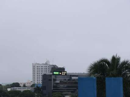 Aeroporto opera com restrições por causa do tempo e um voo é cancelado
