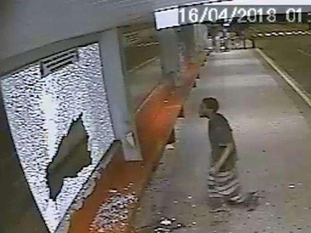 Morador de rua que danificou Peg-Fácil em shopping é preso no Centro