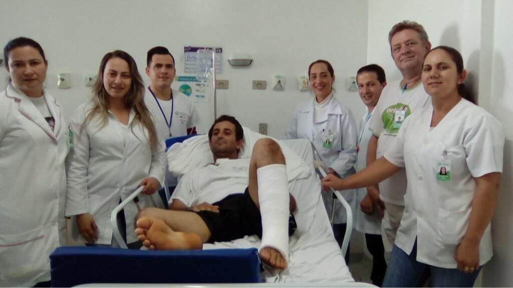 Paciente cercado por membros do corpo clínico do Hospital Regional de Ponta Porã (Foto: Divulgação)