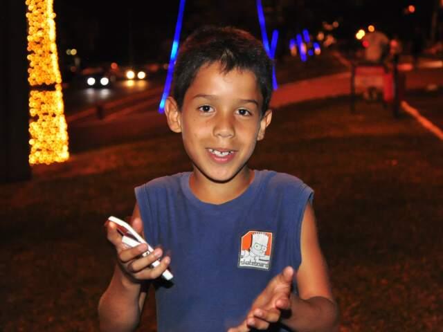 Luzes tradicionais nas árvores foi o que chamou atenção do menino Felipe. (Foto: João Garrigó)