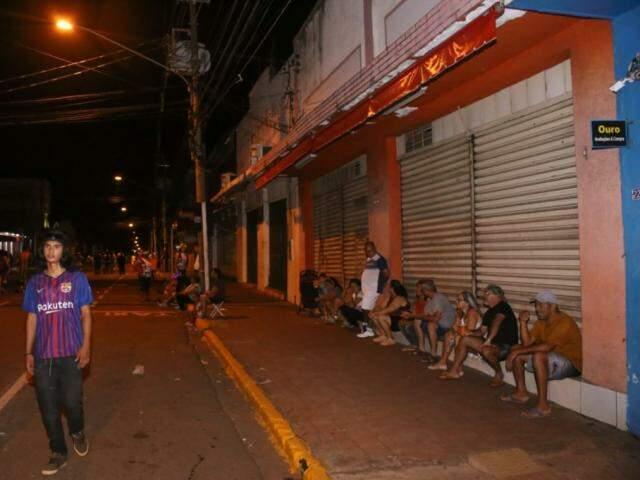 Pessoas sentaram no batente das lojas para assistir ao desfile no começo (Paulo Francis)