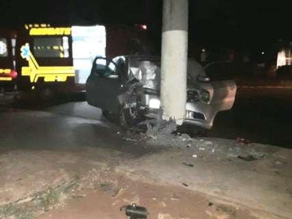 Motorista perde controle de direção de carro e bate em poste