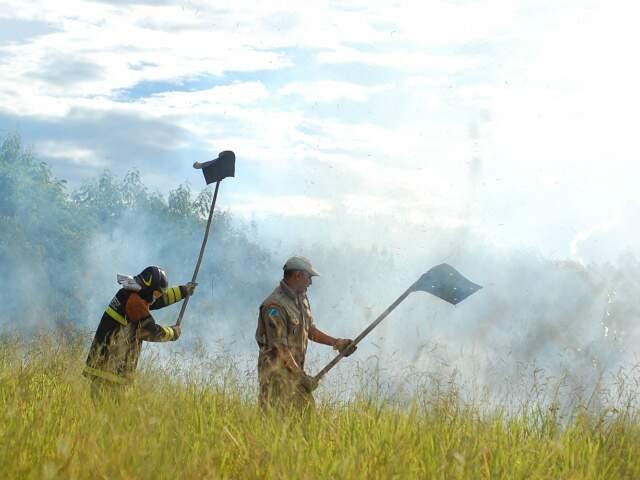 Fumaça tomou conta da região, incomodou e assustou moradores. (Foto: Marlon Ganassin)