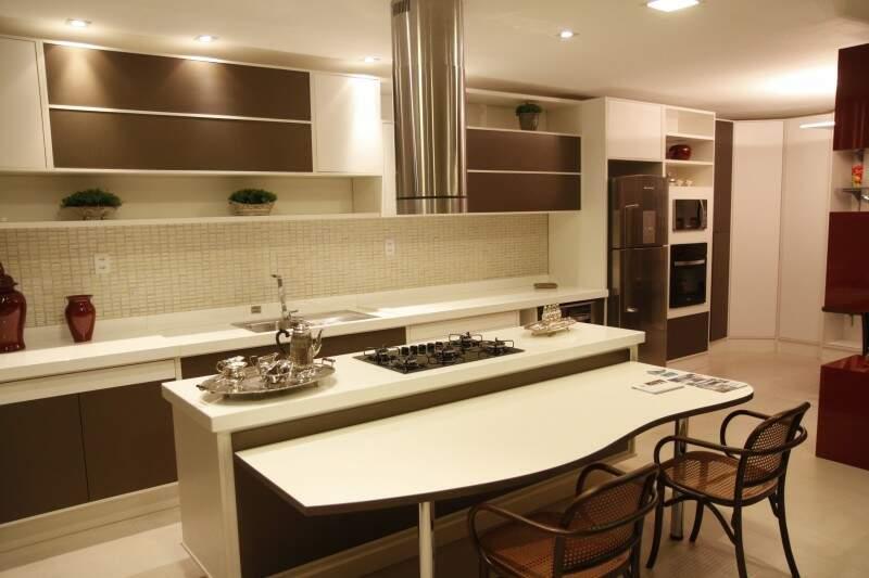 Ilha integra cozinheiro e convidados.