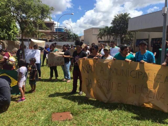 Índios protestam em frente à obra visitada por ministro da Saúde hoje (Foto: Vinicios Araújo/Dourados News)