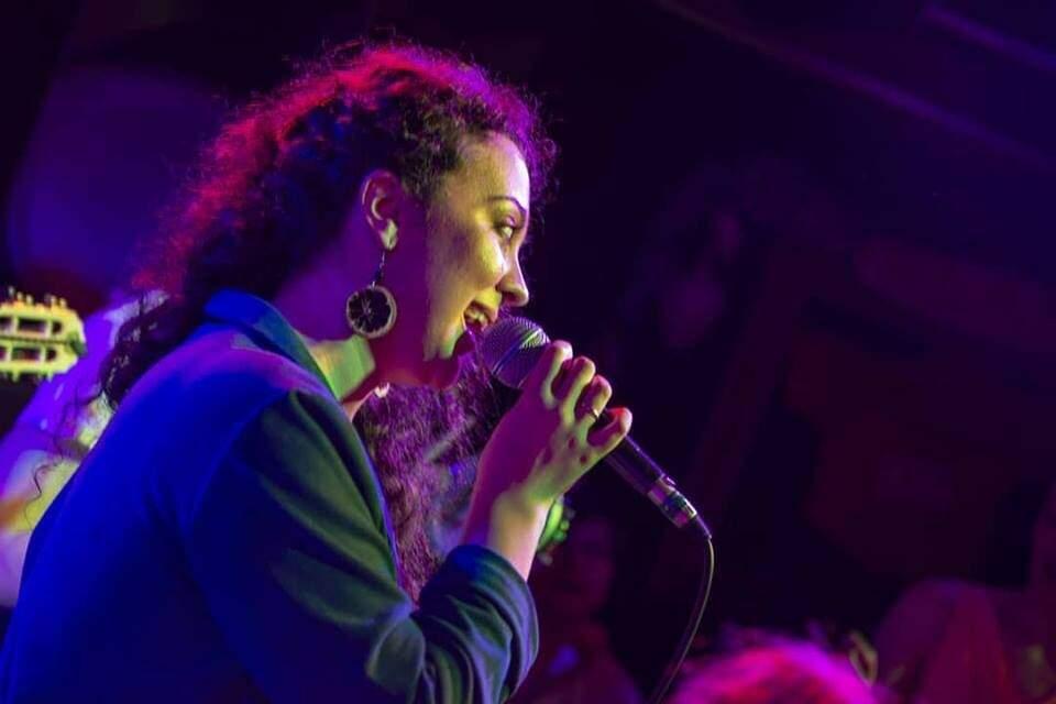 Além da ginga no pé, Alexandra também se apresenta em português, cantando músicas brasileiras (Foto: Reprodução Facebook)
