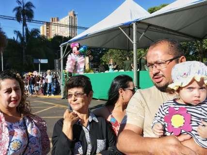 Com famílias e ato político, desfile reúne plateia de 8 mil pessoas