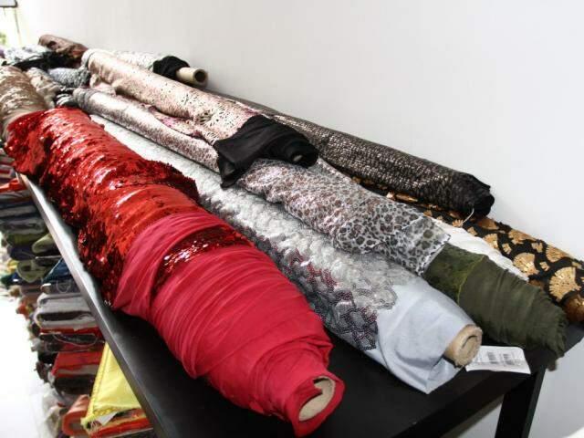 São muitas as rendas e tecidos bordados. (Foto: Saul Schramm)