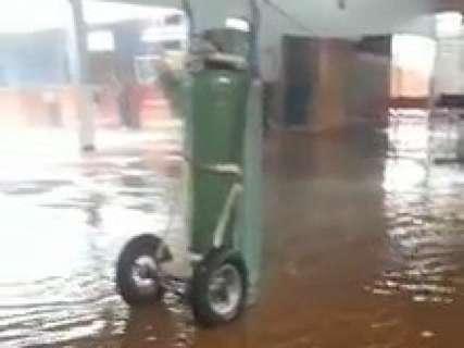 Durante temporal, chove dentro de posto de saúde e escola é alagada