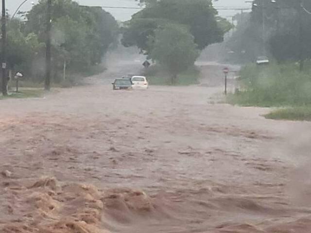 Situação de Caarapó durante a chuva que durou oito horas seguidas (Foto: Caarapó News)