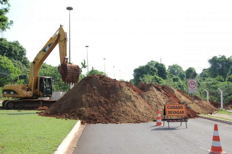 Obras na Avenida do Poeta vão até sábado, segundo funcionários. (Foto: Marcos Ermínio)