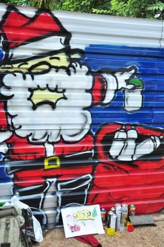 Papai Noel grafiteiro vai ganhando vida nos tapumes