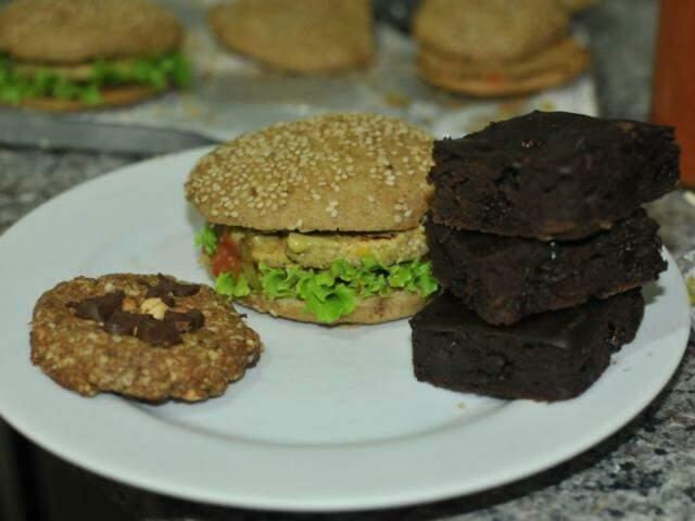 Combo com lache, brownies e cockies veganos custa R$ 24. (Foto: Alcides Neto)