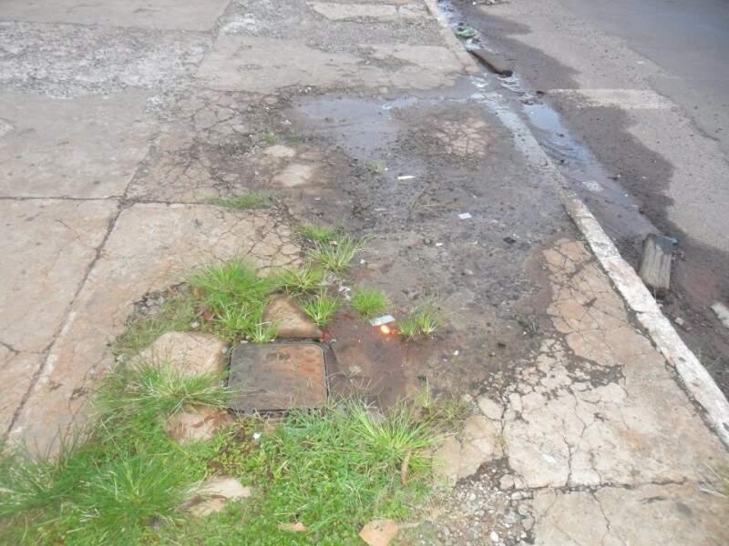 O vazamento ocorre 24 horas por dia e água forma uma poça junto ao meio-fio. (Foto: Repórter News/Rosinaldo Ferreira)