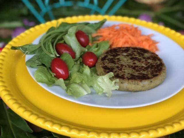 Dá para montar o prato saudável com hambúrguer de lentilha,alface, tomate e cenoura (Foto: Arquivo pessoal)
