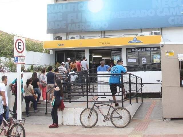 Fila em frente à Funsat, agência pública de empregos em Campo Grande (Foto: Marcos Ermínio/Arquivo)