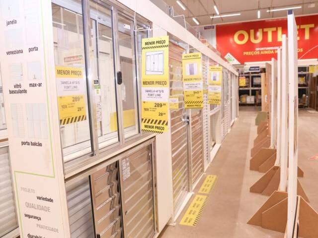 Esquadrias das melhores marcas do mercado também estão à venda na loja. (Foto: Marcos Maluf)