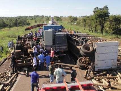Caminhoneiro morre ao tentar evitar acidente e BR-262 tem trecho fechado