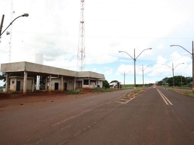 Obras inacabadas do posto da PRF na rodovia BR-060, em Sidrolândia (Foto: Saul Schramm)