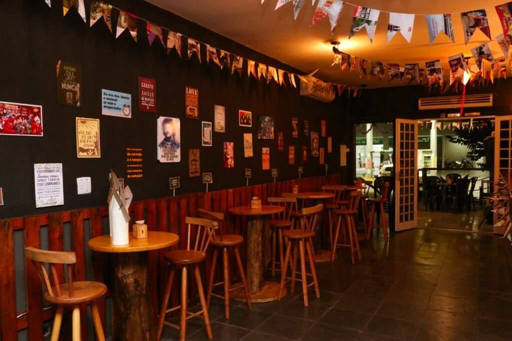 As paredes estão decoradas com quadros comprados pela internet (Foto: Henrique Kawaminami)