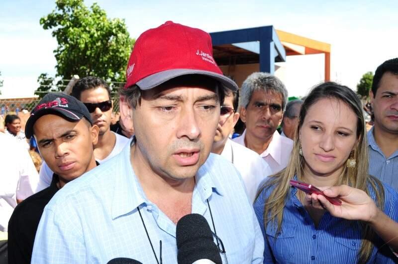 Bernal dá entrevista de boné durante visita ao lixão. (Foto: Rodrigo Pazinato)