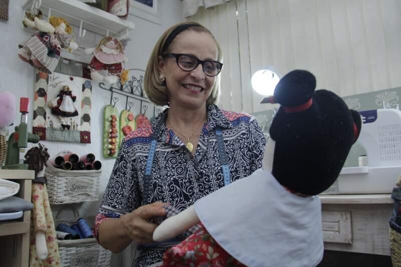 """Depois da boneca """"Chica"""", avó agora prepara enxoval da segunda neta. (Foto: Alan Nantes)"""