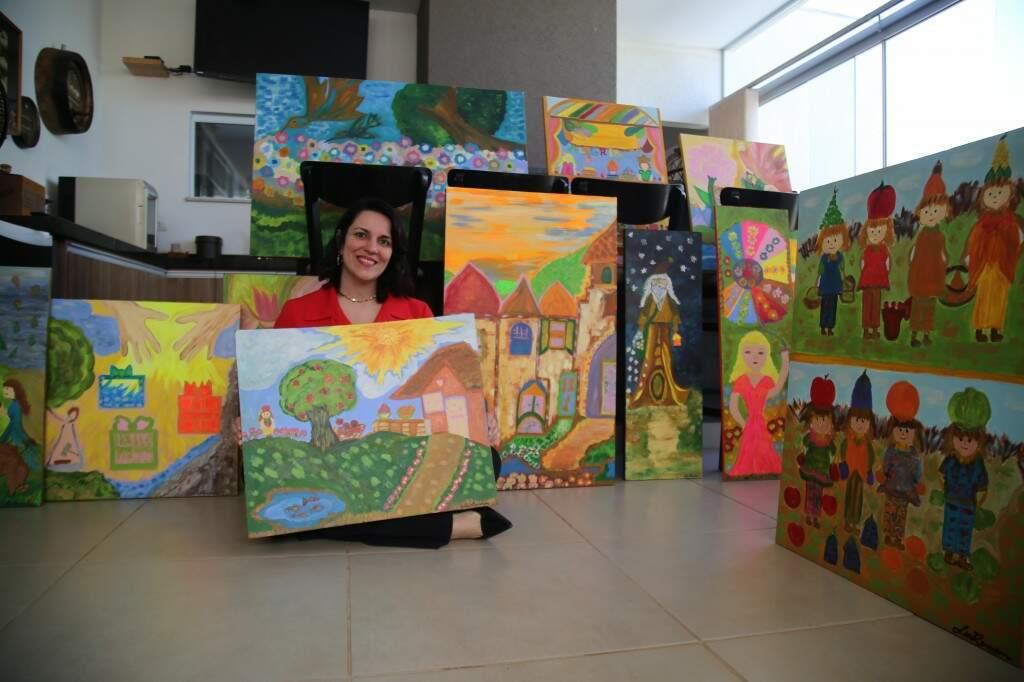 Agora, além de realizar sua primeira exposição, Luciana decidiu doar as telas para entidades que atendem crianças em Campo Grande. (Foto: Thailla Torres)