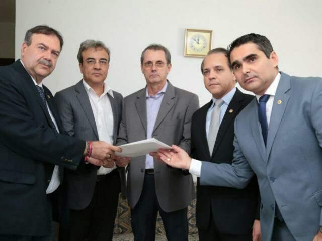 Deputados Paulo Siufi, Coronel Davi e Herculano Borges, com o delegado Paulo Sérgio Lauretto, no centro. (Foto: Assessoria)