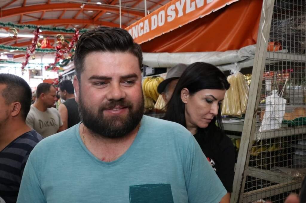 O empresário Cristian Jean Saliba comprou um pernil para a ceia (Foto: Henrique Kawaminami)