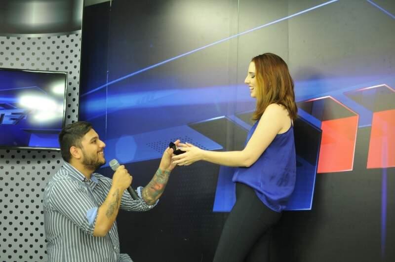 Como o sonho do noivo é ser jornalista policial, pedido de casamento foi em programa do estilo, ao vivo. (Foto: Alcides Neto)
