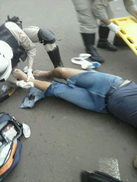 O motociclista se queixava apenas de dores nas pernas, mais passava bem.(Foto:Direto das Ruas)