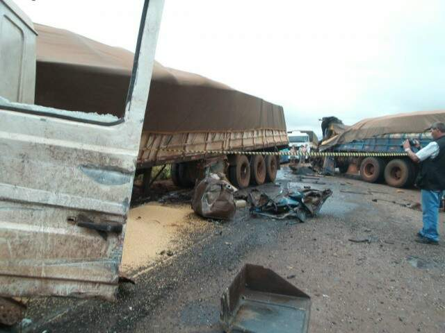 Veículos ficaram com partes frontais destruídas devido ao forte impacto. (Foto: Adriano Moreto/Dourados News)