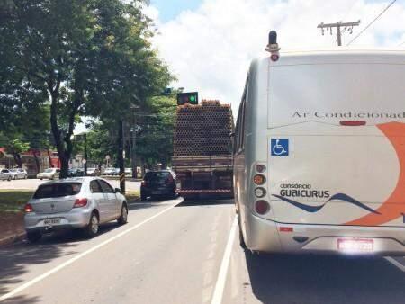 A carga transportada pelo caminhão por pouco não atingiu semáforo da Avenida.(Foto:Direto das Ruas)