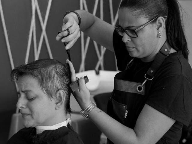 Corte dos cabelos foi registrado em imagens emocionantes.  (Foto: Kleber Alves de Moraes)