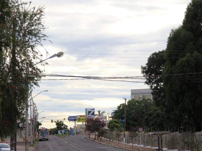 Dia amanheceu com céu claro em Campo Grande, mas previsão é de pancadas de chuva no fim da tarde (Foto: Marina Pacheco)