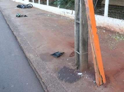 Motociclista que bateu em ponto de ônibus segue internado em estado grave
