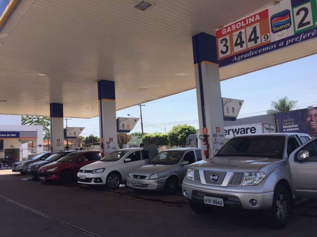 Posto com promoção de gasolina a R$ 3,44 lotado (Foto: Bruna Kaspary)